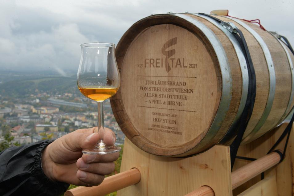 Edler Brand im schicken Fass: Im Glas ist eine Kostprobe von Holger Steins Obstbränden, aber noch nicht aus dem ganz besonderen Fass zum Hundertjährigen.