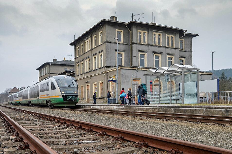 2023 wird zeitweilig kein Zug mehr aus Wilthen Richtung Zittau starten. Dann wird die Bahnbrücke kurz hinter dem Wilthener Bahnhof erneuert. Für Reisende wird Schienenersatzverkehr eingerichtet.