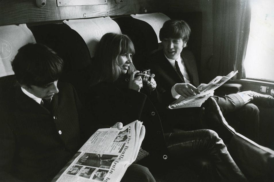 Auf Tour mit den Beatles: Astrid Kirchherr im Zug zwischen John Lennon (r.) und Ringo Starr.