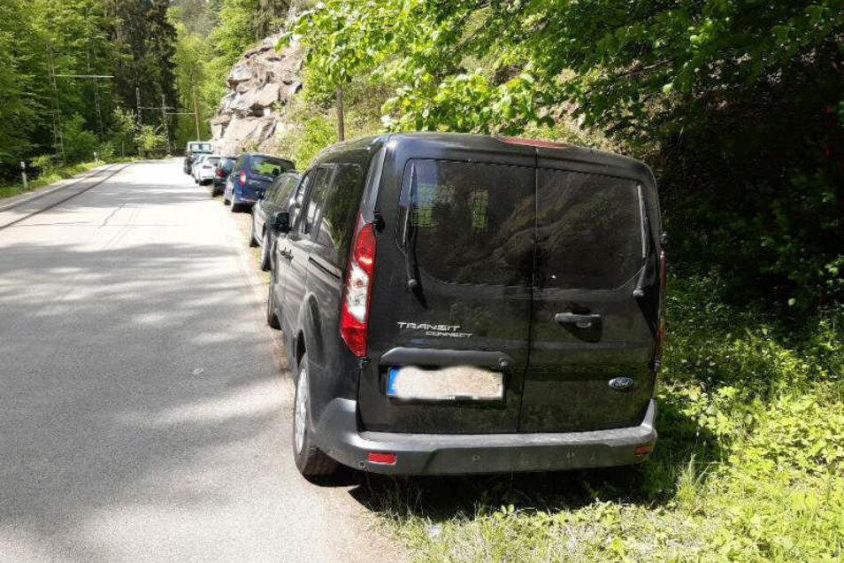 Auto an Auto, wo eigentlich keins stehen dürfte: Das gewohnte Bild an einem Wochenende im Kirnitzschtal.