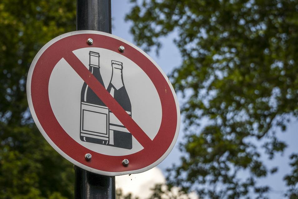 Auch der Landkreis Mittelsachsen verbietet ab dem 31. Januar 2021 das Trinken von Alkohol in der Öffentlichkeit. Das gilt in Ortschaften sowie darüber hinaus auch an Bahnhöfen, auf Parkplätzen sowie an Bushaltestellen und an Bänken.