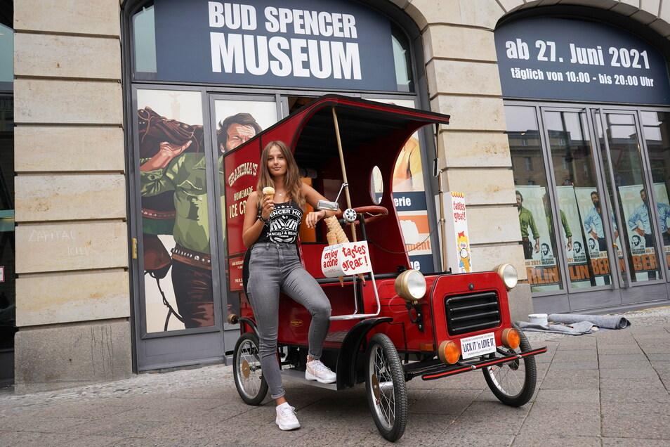 """Leonie steht vor dem Bud-Spencer-Museum mit einem Nachbau des legendären Fahrzeugs aus dem Film """"Zwei sind nicht zu bremsen"""". Am 27. Juni  soll das Museum öffnen."""