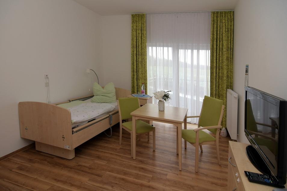 """So und so ähnlich sehen die Bewohnerzimmer im Seniorenzentrum """"Waldidyll"""" aus. Wer einen Einzug erwägt, kann sich die Räume anschauen, wenn die Corona-Schutzbestimmungen eingehalten werden."""
