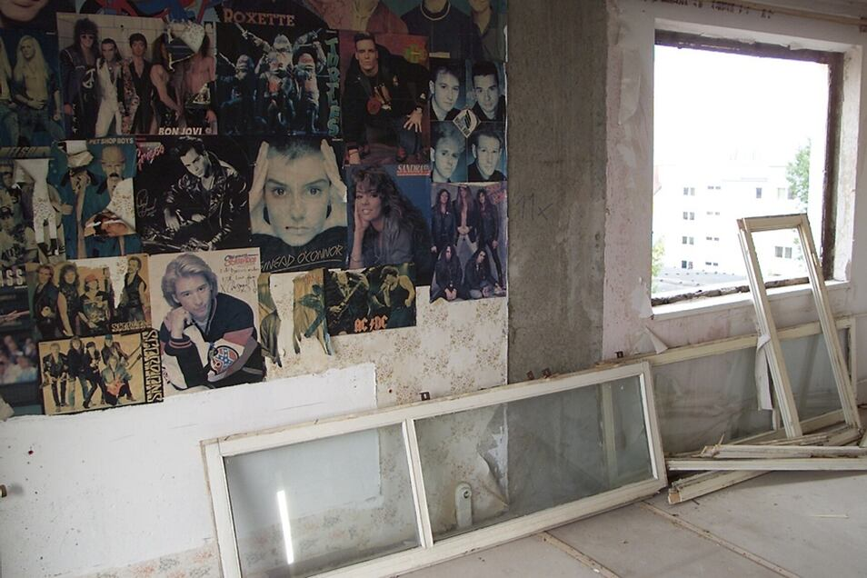 2000: Bei der Entkernung des Hochhauses Bautzener Allee 32 fand sich diese Dekoration eines Jugendzimmers.