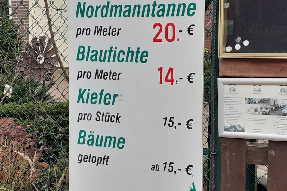 Auf dieser Tafel ist das Angebot des Pflanzenhofes abzulesen.