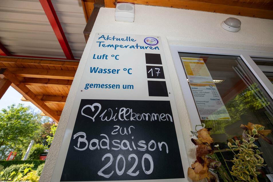 Nicht nur ein Bad ist das Heidenauer Albert-Schwarz-Bad am Abend des 21. August.