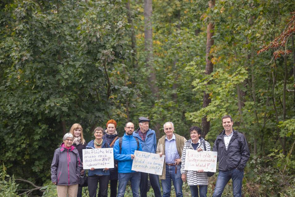 Etwa 27 Männer und Frauen gehören zur Bürgerinitiative, die sich für den Erhalt des Wäldchens an der Moritzburger Straße neben der Spitzgrundmühle einsetzt. Mit den Protestschildern haben sie im Sommer Unterschriften gesammelt.