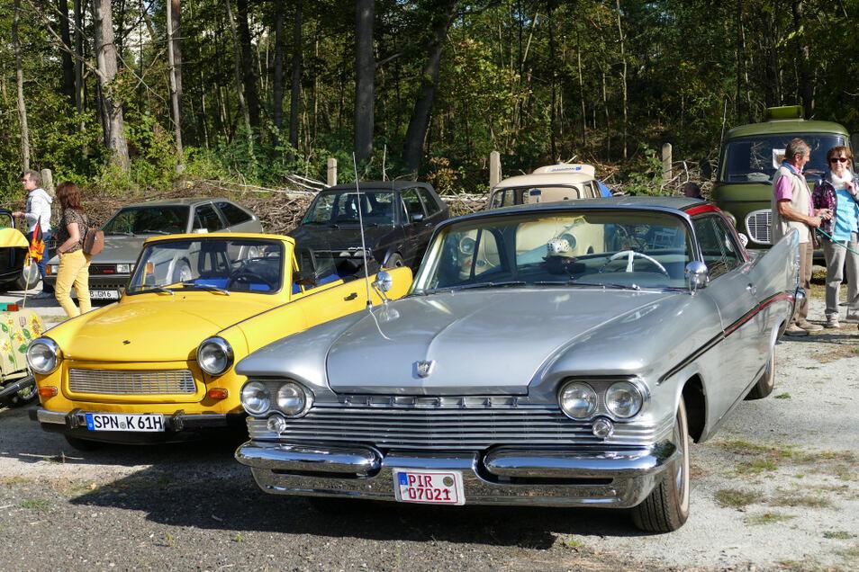 Trabant Cabrio neben noch älterem Heckflossen-Chrysler beim Oldtimertreffen am Gleis 19 in Schwarze Pumpe.