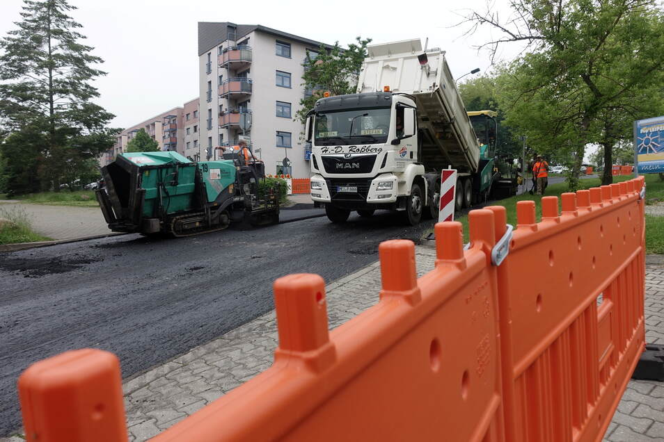 Am Dienstag wurde auf der Straße Zur Muldenterrasse in Döbeln Nord die Schwarzdecke aufgezogen. Am Donnerstag soll sie wieder geöffnet werden.