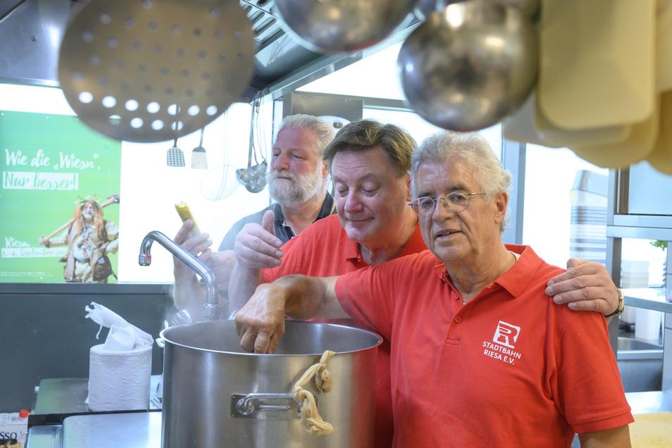 Eingespieltes Trio: Gunter Spies, Udo Merzdorf und Kurt Hähnichen stellen seit 2007 jedes Jahr einen Likör aus Riesaer Bier her. Erstmals hat sich der Riesalabim so gut verkauft, dass in der Hammerbräu-Küche eine zweite Charge angesetzt werden muss.