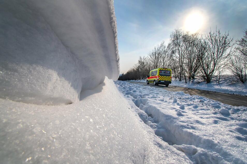 Zwischen dem Ortsausgang und dem Gewerbegebiet von Roßwein türmt sich an der Haßlauer Straße eine hohe und lange Schneewehe auf. Für deren Beseitigung sucht der Bauhof noch nach einer Lösung.