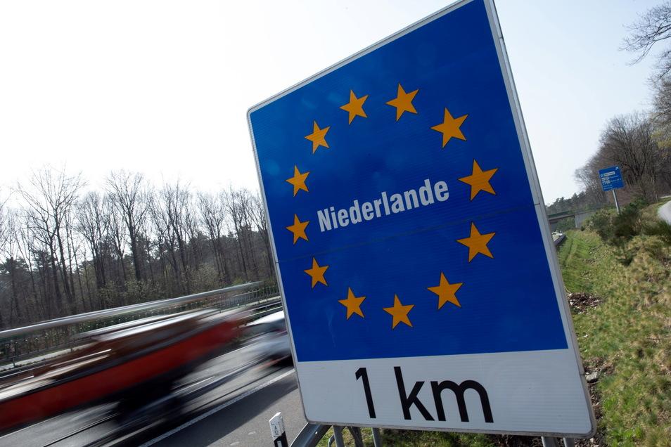 Ein Schild weist an der Autobahn 52 auf den Grenzübergang zu den Niederlanden hin.