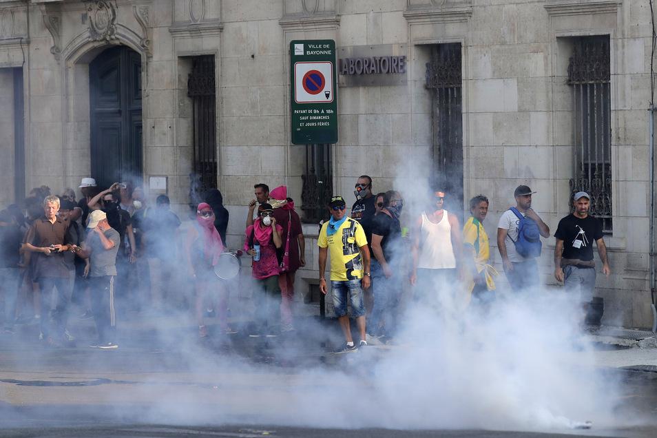 Die Polizei setzt Tränengas gegen Demonstranten bei einem Protests gegen den G7-Gipfel ein.