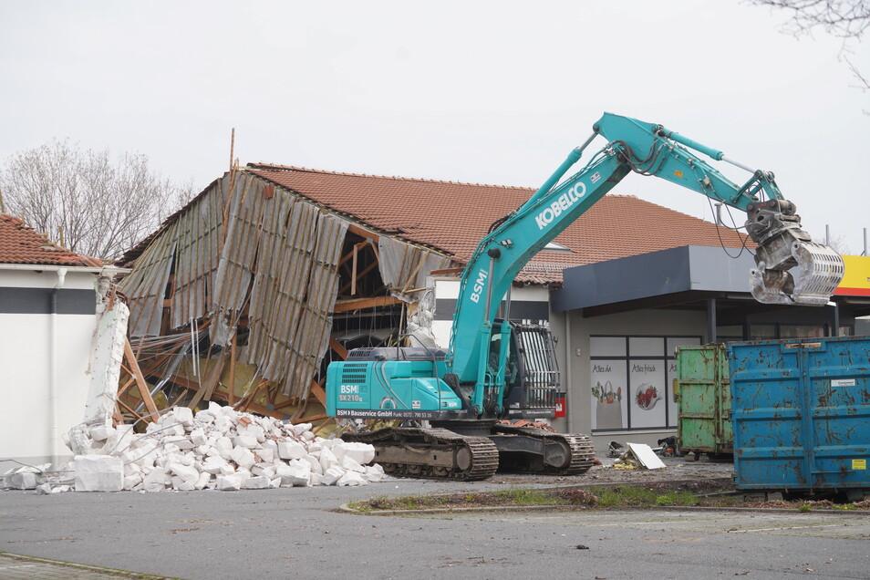 Teile des ehemaligen Diska-Marktes an der Dresdener-Straße in Bautzen werden derzeit abgerissen.