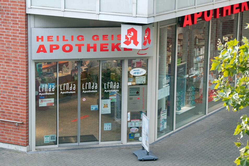 Die Heilig-Geist-Apotheke in Köln. Ein Jahr nach dem Tod einer jungen Frau und ihres Babys durch verunreinigte Glukose ist Anklage gegen eine Apothekerin erhoben worden.