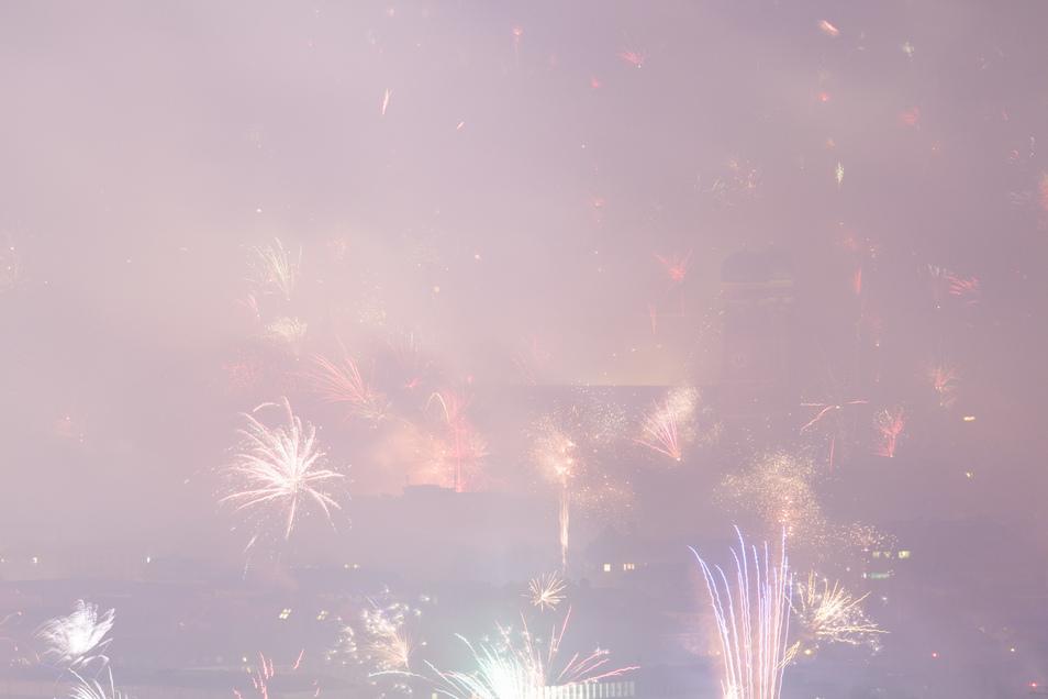 Auch das ein Bild, dass sich Silvester wiederholen wird: Dichter Qualm von Feuerwerken kurz nach Mitternacht.