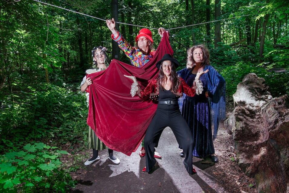 Schauspielerin Regina Felber (2.v.r.) lädt zum Kulturabend in den Wald mit Serpentina Riddel (Athene), Clown Joachim Lippmann und Tänzerin Sabine Jordan (r.).