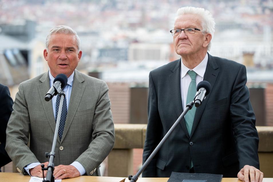 Winfried Kretschmann (r, Bündnis 90/Die Grünen), Ministerpräsident von Baden-Württemberg, gibt zusammen mit Thomas Strobl (l, CDU), stellvertretender Ministerpräsident, ein Pressestatement. Die Grünen wollen die Koalition mit der CDU fortsetzen.