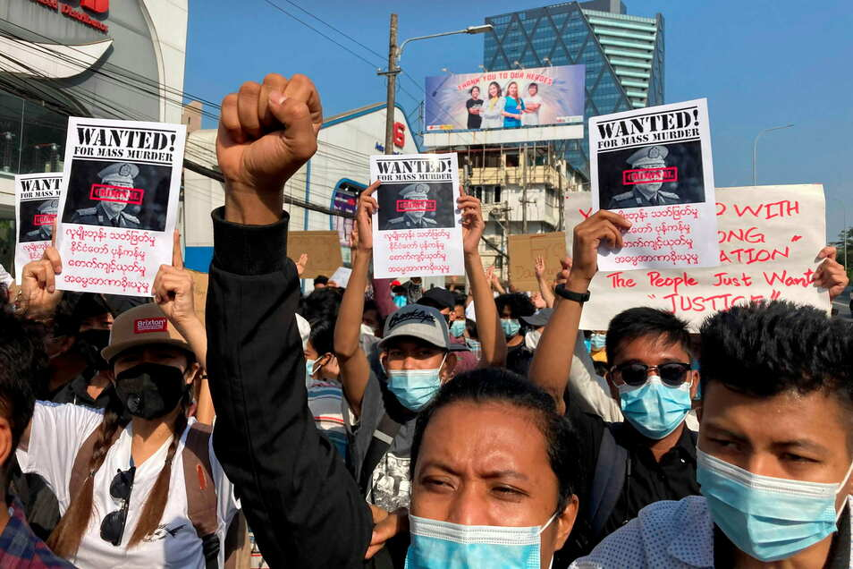 Demonstranten nehmen in Yangon an einem Protestmarsch gegen den Militärputsch teil.