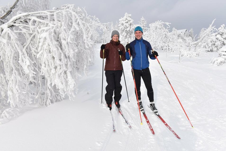 Das ist die schöne Seite des Winters. Hier sind Karina und Stefan Hettwer bei Zinnwald auf den Skiern unterwegs.
