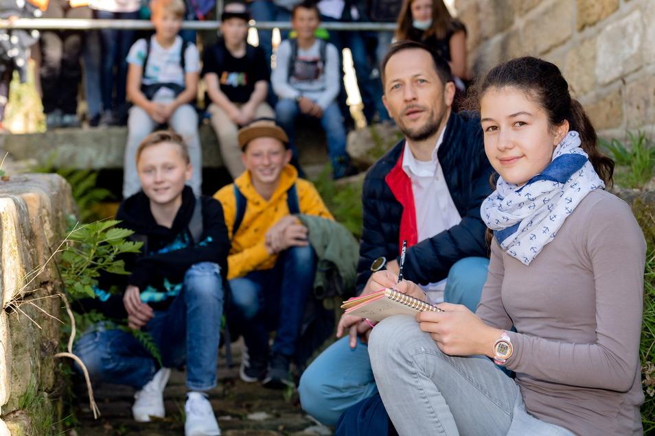 Am Wolfsgraben: Mathilda Schaarschmidt (re.) und ihre Mitschüler der 7b bekamen von Bürgermeister Thomas Kunack eine Stadtführung zum Thema Flut.