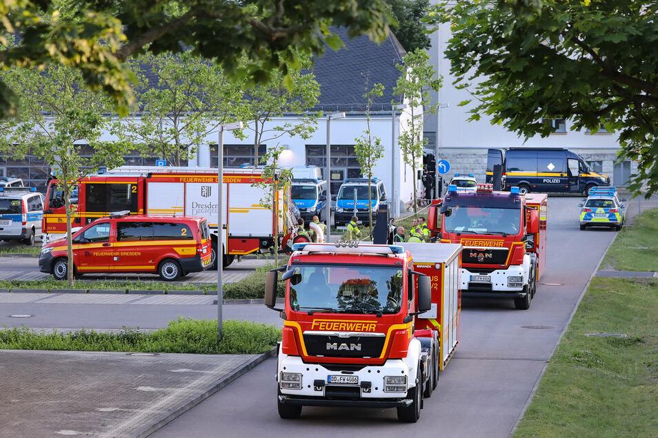 Ein weißer Transporter fährt knapp hinter einem anderen Auto her und gelangt so auf das Gelände der Polizei an der Stauffenbergallee. Der Fahrer gibt an, Sprengstoff im Laderaum zu haben.