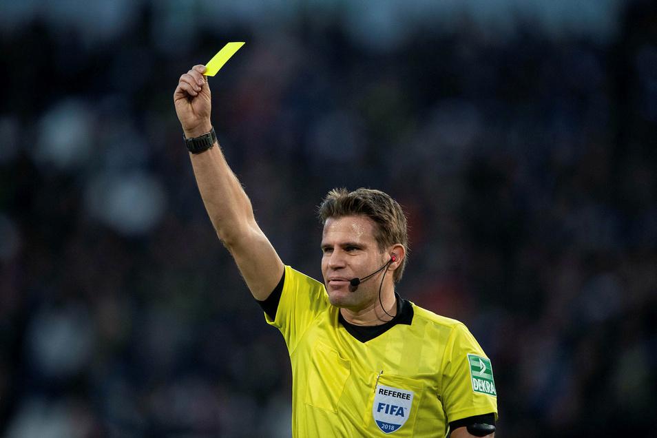 Auch Trainer können künftig Gelbe und gar Rote Karten bekommen.