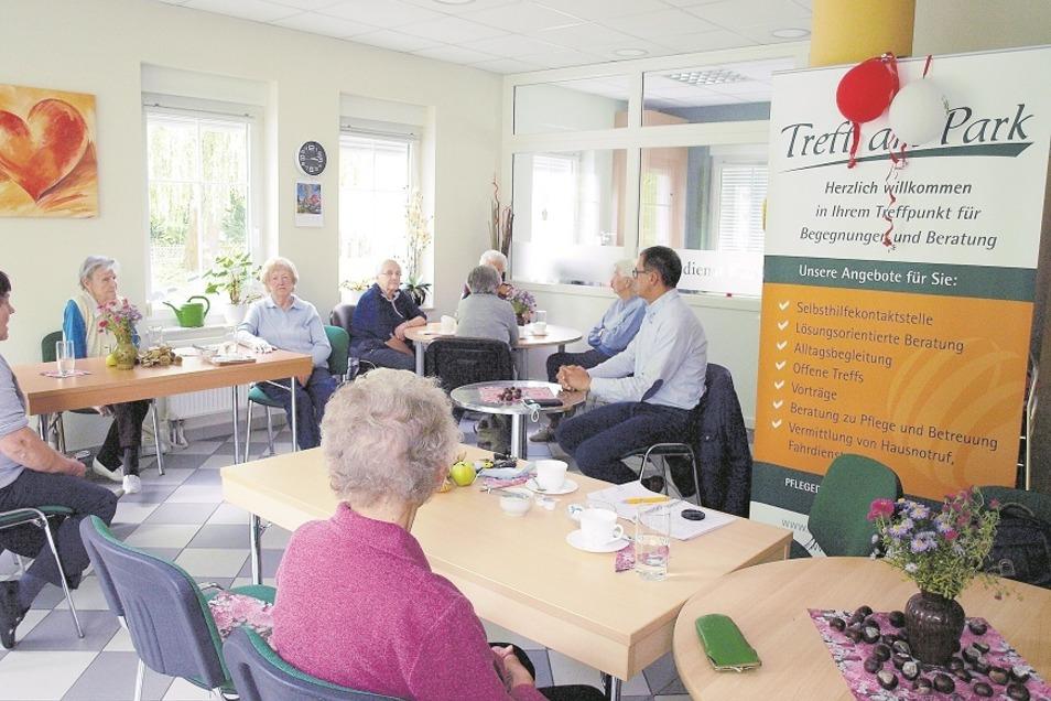 Kürzlich besuchte Bürgermeister Thomas Krahl den Seniorentreff am Park in Bad Muskau und beantwortete dabei viele Fragen der SeniorInnen.