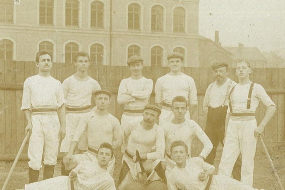 Karl Kockisch (3.v.l.) 1909, kurz vor Antritt seines Militärdienstes, als Mitglied der Spielabteilung beim Turnverein Dresden-Pieschen.
