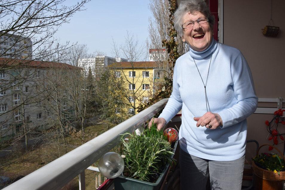Irene Hoffmann auf ihrem Balkon im Hoyerswerdaer WK V.
