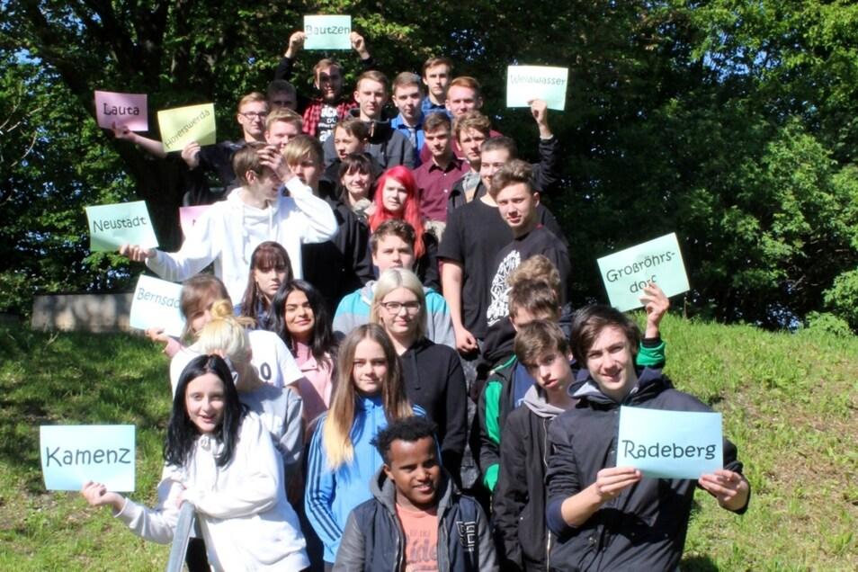 """Das ist die derzeitige Generation, die mit dem Projekt """"Produktives Lernen"""" an der Altstadt-Oberschule einen Hauptschulabschluss erreichen möchte. Die Plakate zeigen, wo die Jugendlichen so überall herkommen."""