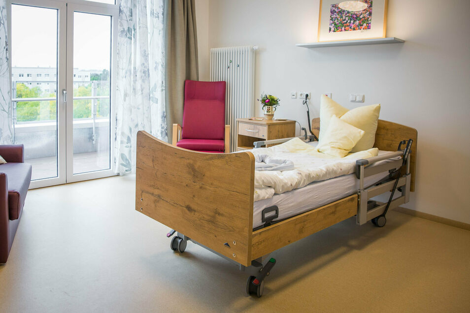 Zimmer im Marien-Hospiz: Angehörige können auf der Schlafcouch übernachten, vom Bett aus blicken die Bewohner auf Dresden.