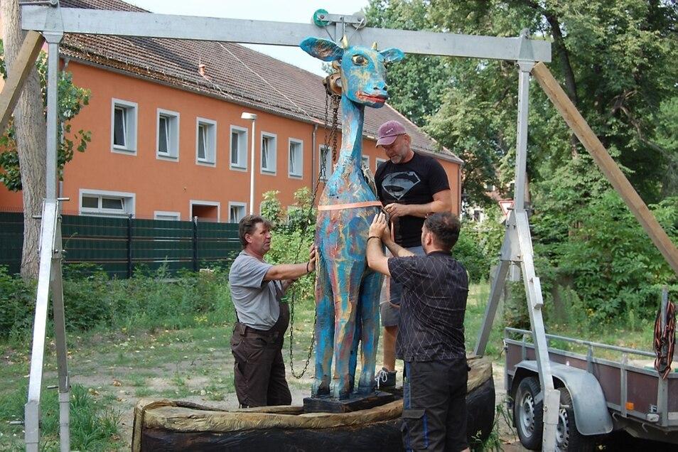 Jens Holder, Marcel Müller und Silvio Ukat (v.l.n.r.) zogen die Giraffe per Kran aus ihrem Boot, um beides dann auf einen Anhänger (rechts) zu laden.