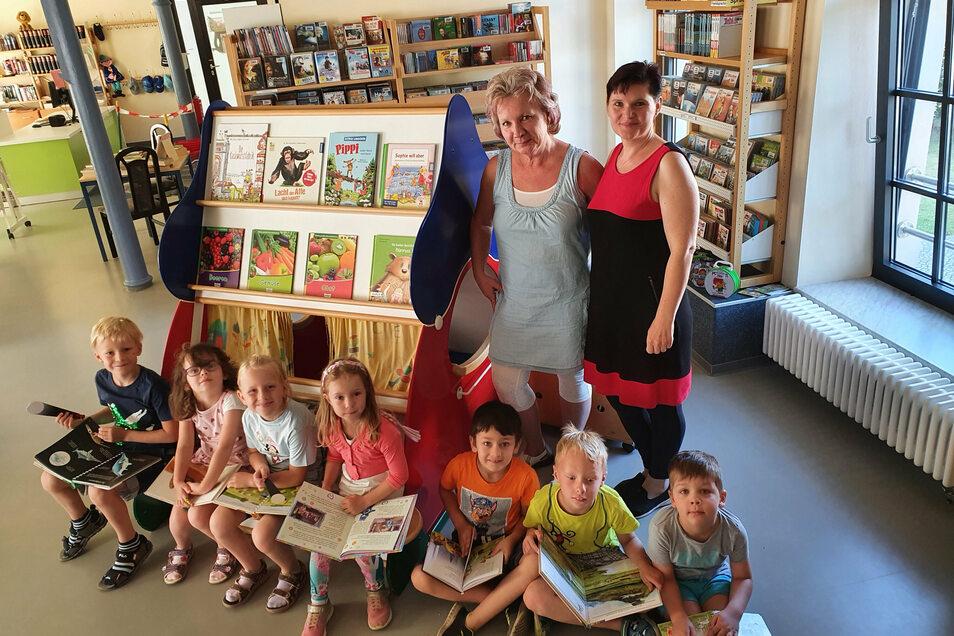 Vorschulkinder der Awo-Kita Regenbogenland aus Großröhrsdorf nahmen an der Aktion der Bibliothek teil. Begleitet wurden sie von den Erzieherinnen Renate Lunkwitz (l.) und Ines Klemm.