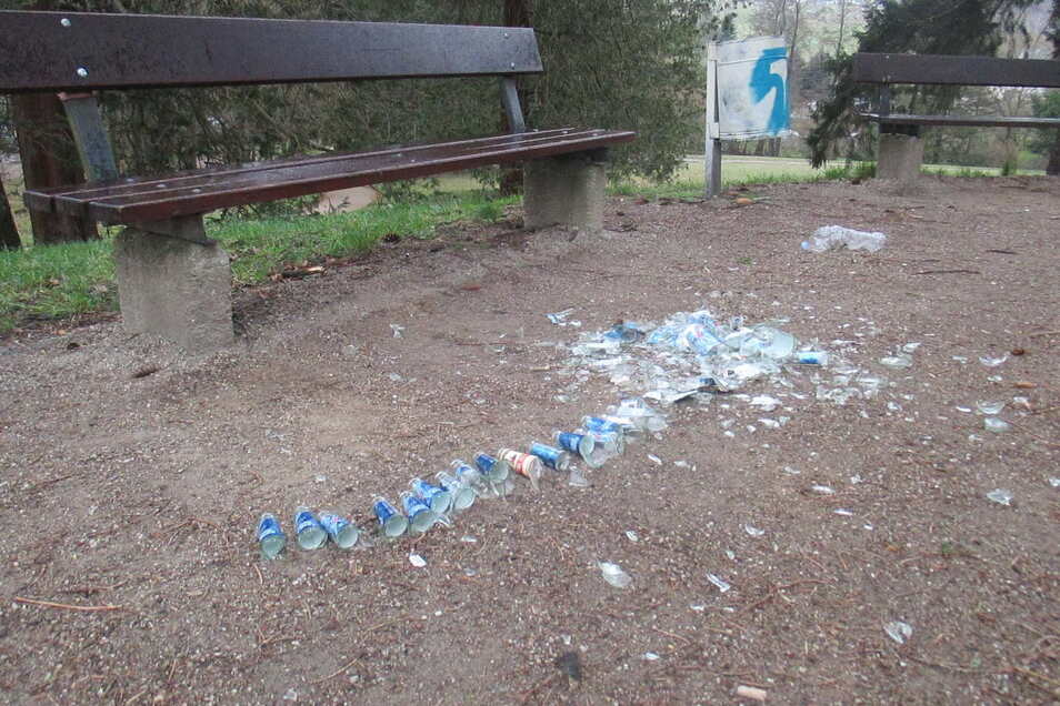 Abgebrochene, aufgereihte Flaschenhälse im Kreuzkirchenpark.