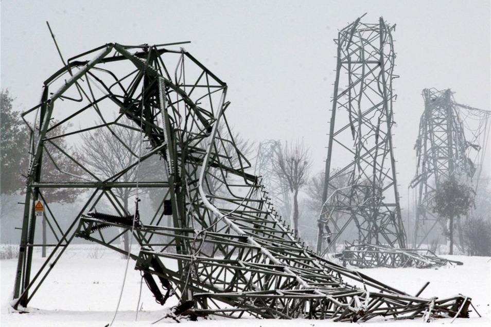 Dieses Bild bot sich im November 2005 im Münsterland. 50 Hochspannungsmasten waren unter der Schneelast umgeknickt. 250000 Menschen blieben bis zu drei Tage ohne Strom. Auf so einen Fall bereitet sich Dresden vor.