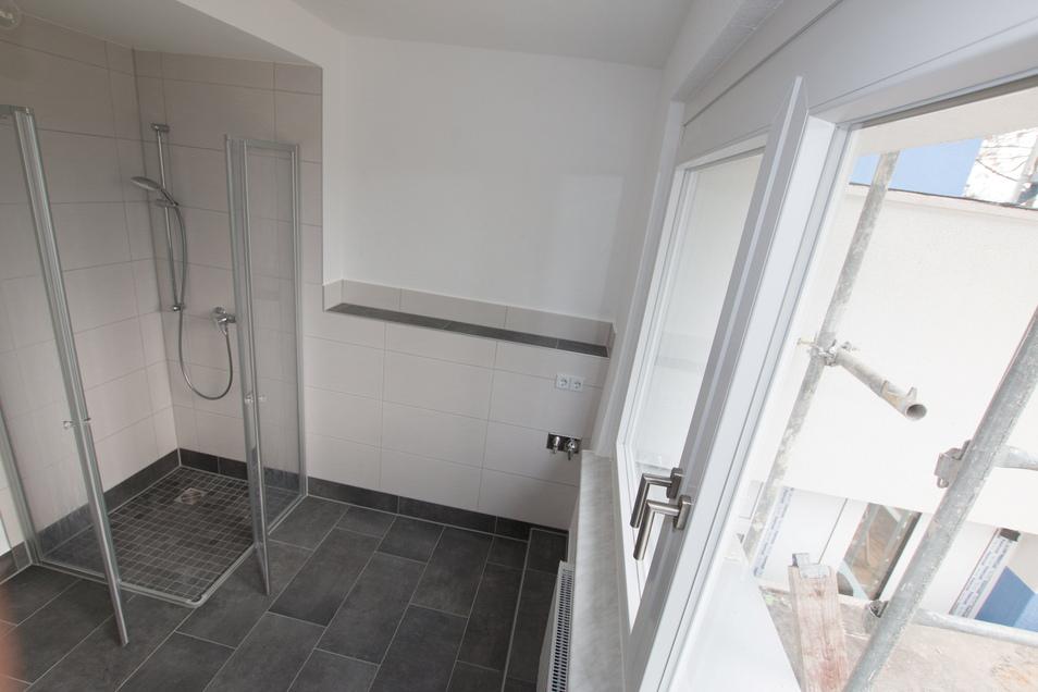 Das Bad im neuen Wohnblock ist vollständig barrierefrei und altersgerecht saniert.