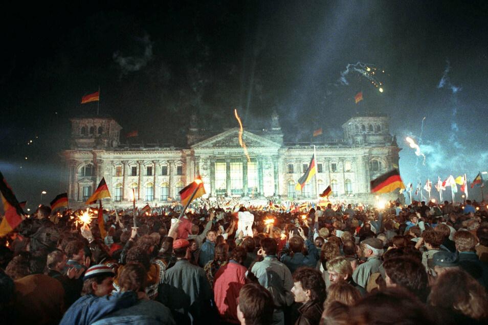 Jubelnde Menschenmassen feiern am 3. Oktober 1990 vor dem Berliner Reichstag die wiedergewonnene Einheit Deutschlands.