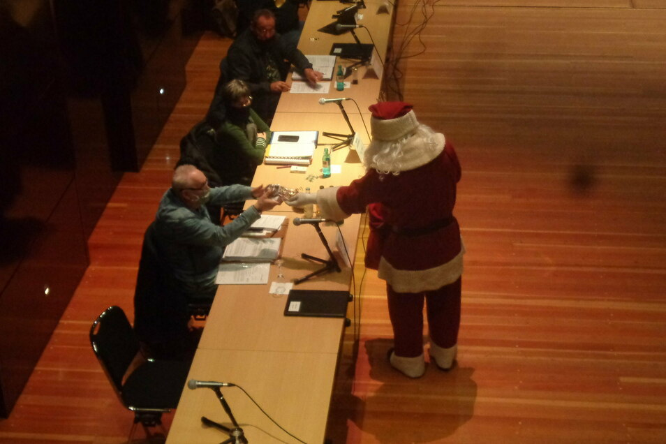 Der Weihnachtsmann machte den Großenhainer Stadträten am Dienstag eine kurze Aufwartung.
