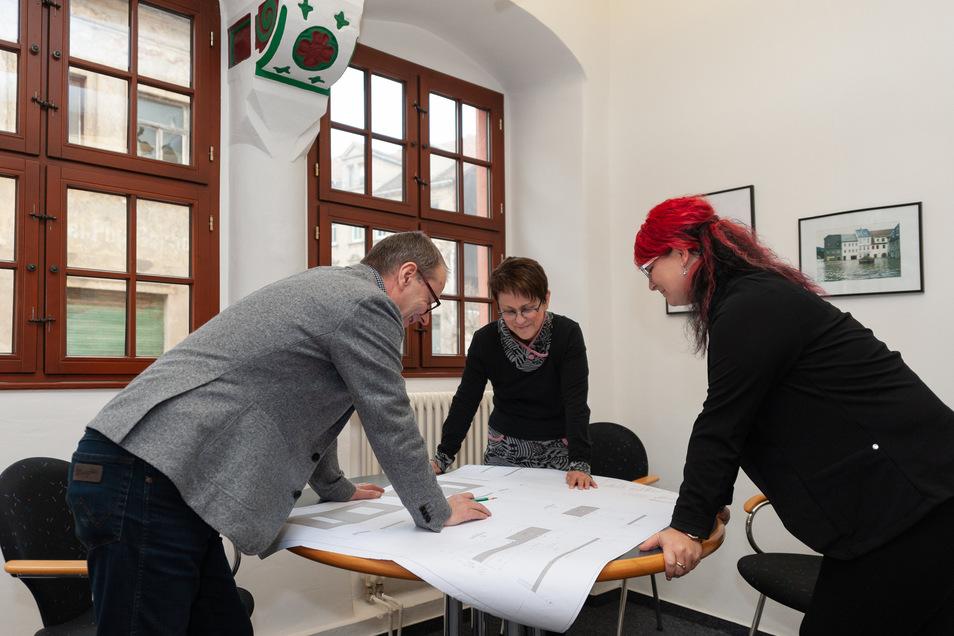 """Als Planer hinterlassen Jochen und Kerstin Bauer (von links, hier mit Mitarbeiterin Peggy Büttner) seit 30 Jahre ihre """"Handschrift"""" im Stadtbild von Roßwein und darüber hinaus. Corona hält sie derzeit von vielen Baustellen fern."""