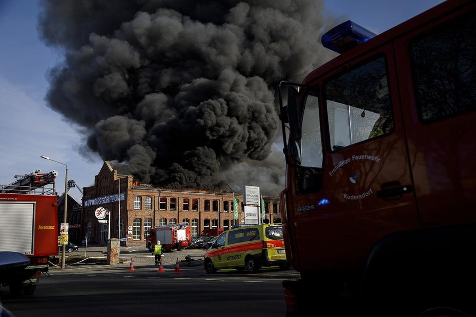 Bei dem Großbrand auf dem Roscher-Areal an der Reichenbacher Straße gingen im Februar nicht nur die Räume von Auto Glas (vorn) in Flammen auf.