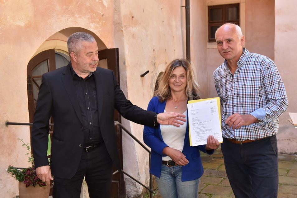 Vor einem Jahr bekamen Susanne und Jens Höhnel (re.), die aktuellen Besitzer von Schloss Kuckuckstein, Fördermittel vom Land überreicht. Mit dabei war damals auch Landrat Michael Geisler (CDU,l.)