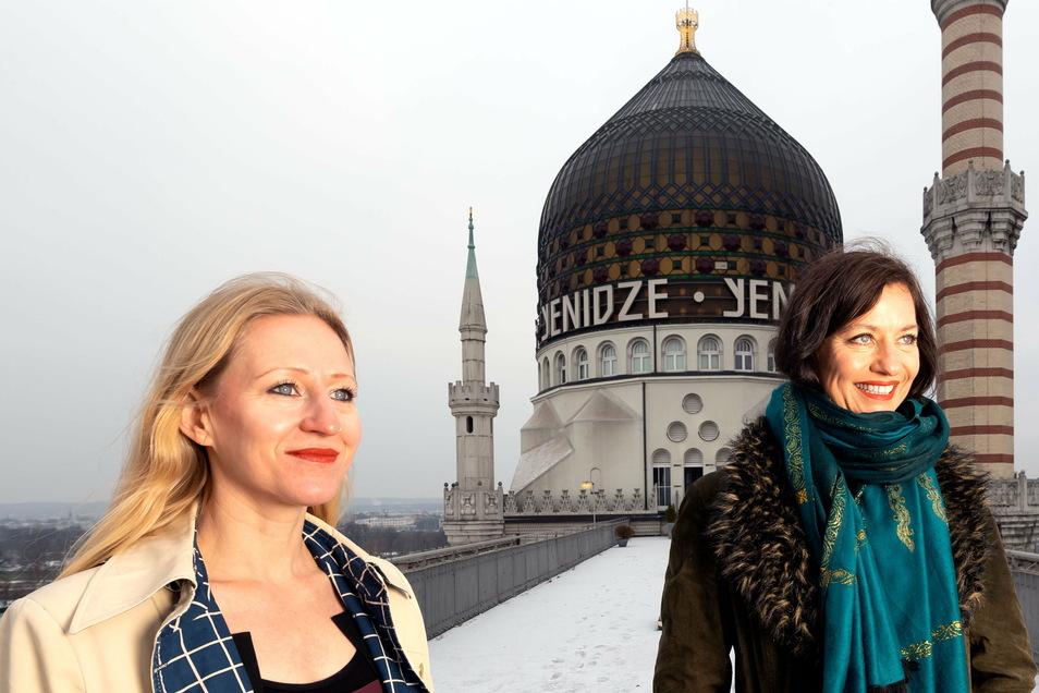 Tänzerin Anne Dietrich (links) und Sängerin Doreen Seidowski-Faust vor der Kuppel der Yenidze in Dresden.