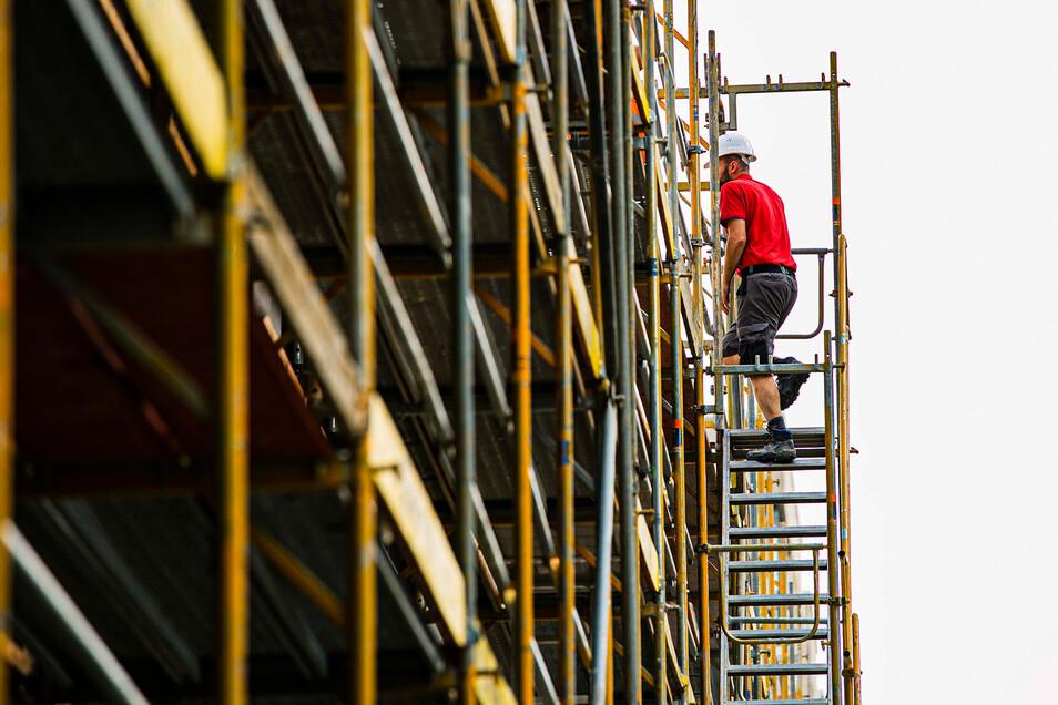 Hoch hinaus: Eine Ausbildung auf dem Bau ist gut bezahlt und bietet viele Karrieremöglichkeiten, so die IG BAU. Allerdings müsse die Branche für Fachleute noch attraktiver werden.