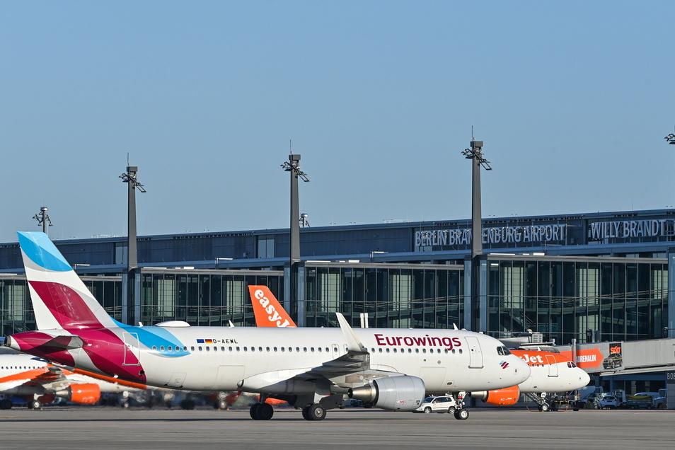 Ein Eurowings-Flugzeug rollt zum Terminal 1 vom Hauptstadtflughafen Berlin Brandenburg «Willy Brandt» (BER).