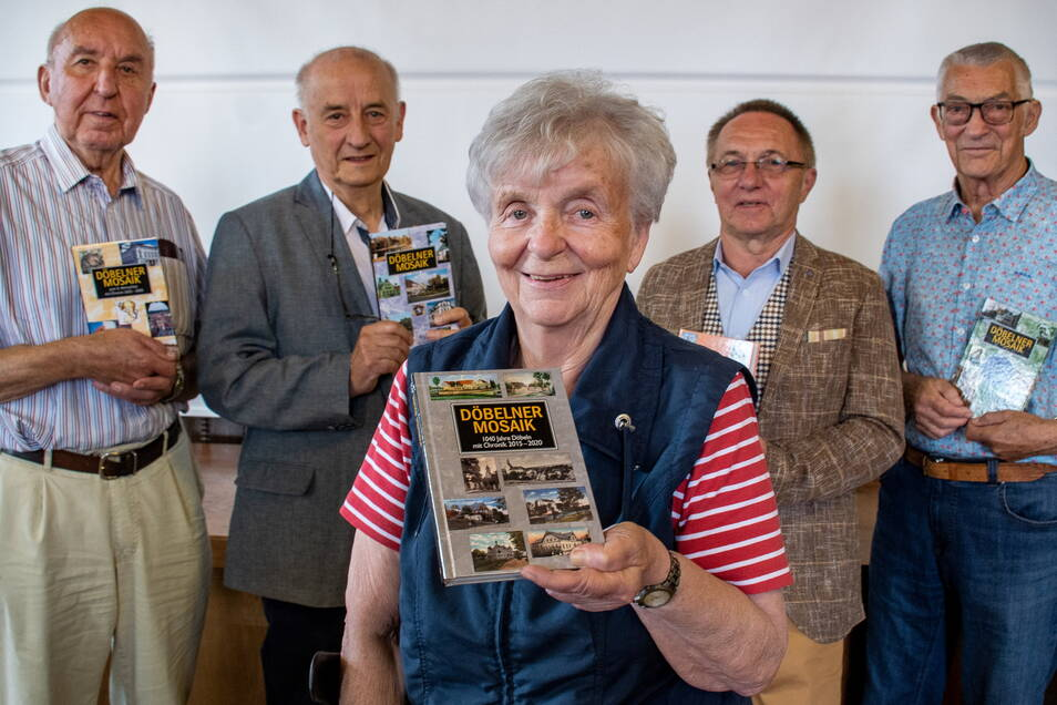 Sieglinde Rößler hält eines von 700 Exemplaren des Döbelner Mosaik in den Händen. Daran mitgeschrieben haben auch Roland Funk (von links), Jürgen Dettmer, Helmut Bunde und Karlheinz Enzmann.