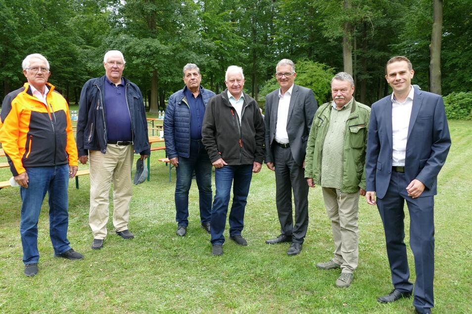 Treff in Reuthen zur Zukunft der Wälder. Eingeladen hatte Dr- Klau-Peter Schulze (2.v.r.); Gastgeber war Sebastian Freiherr von Rotenhan (2.v.l.).