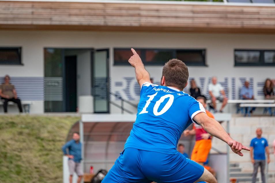 Geht's hier zum Titel und dem Aufstieg in die Landesklasse? Martin Schwibs, Torjäger beim  Roßweiner SV , scheint die Richtung vorgeben zu wollen. Doch die Konkurrenz ist hart.