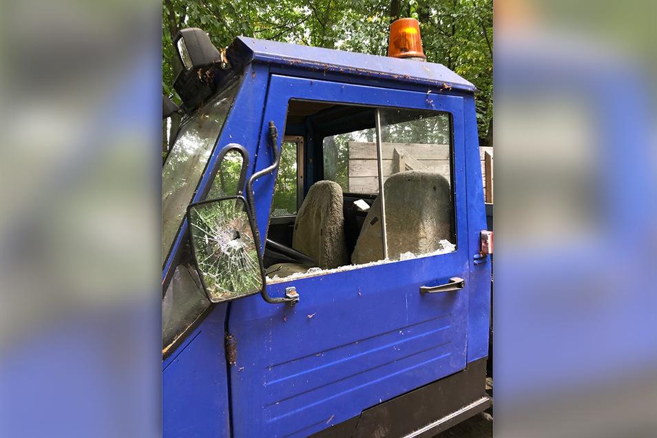 Scheiben und Spiegel von einem Multicar wurden am Wochenende in Oberlichtenau zerschlagen.