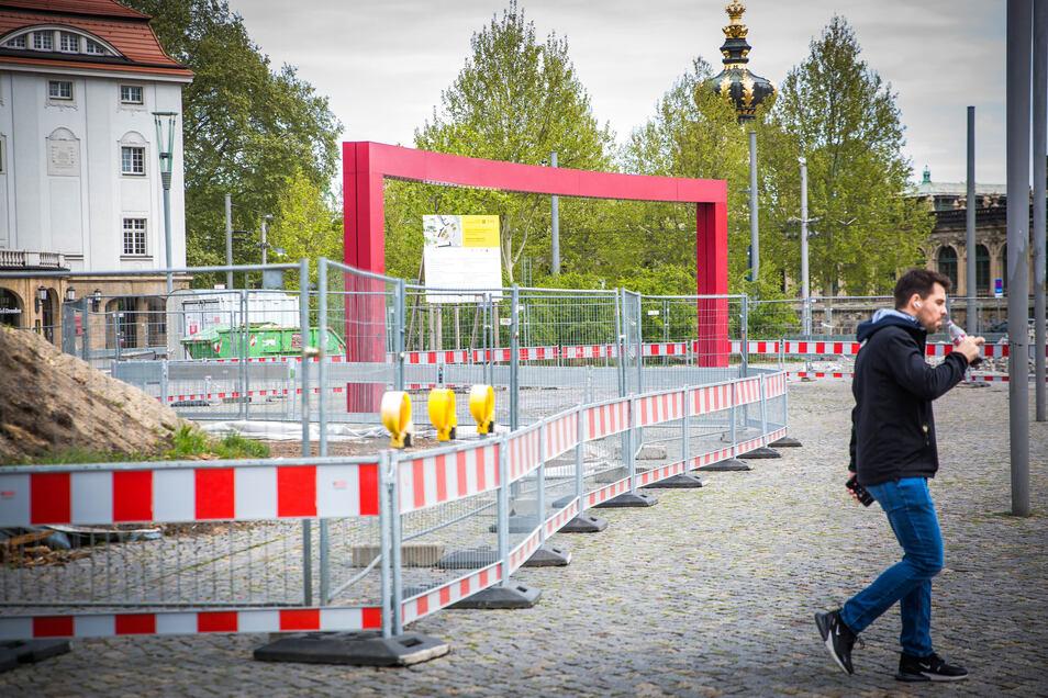 Vor dem Schauspielhaus wird der nächste Abschnitt des Promenadenrings ausgebaut. Die alten Holzbeete sind abgebrochen worden. Ab dieser Woche wird der Unterbau für die neuen Beete hergestellt.